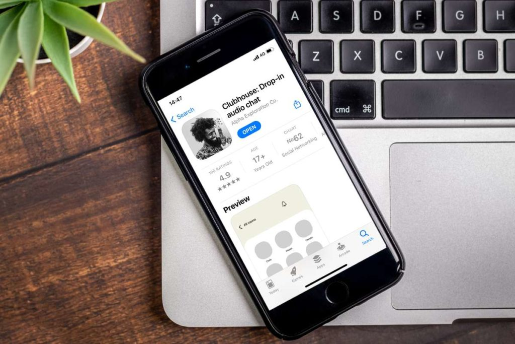 """Cos'è Clubhouse, il social network meno virtuale e più """"umano"""""""